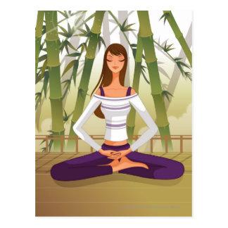 Frau, die in der Lotosposition, meditierend sitzt Postkarte