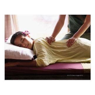 Frau, die Massage #1 empfängt Postkarte