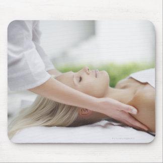 Frau, die Massage empfängt Mauspad