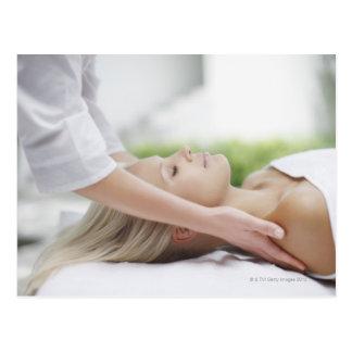 Frau, die Massage empfängt Postkarte