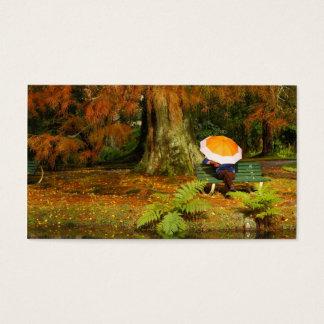 Frau, die mit Regenschirm stationiert Visitenkarte