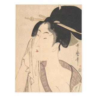 Frau, die nach ihrem Bad sich entspannt Postkarte