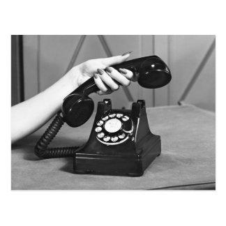 Frau, die oben das Telefon nah von der Hand Postkarte