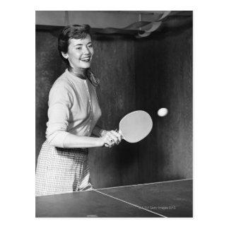 Frau, die Tischtennis spielt Postkarten