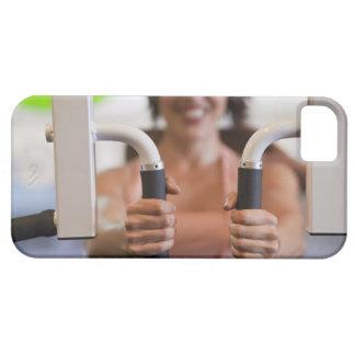 Frau, die Übungsmaschine in der Turnhalle Barely There iPhone 5 Hülle