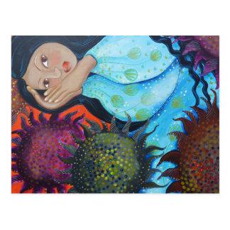 Frau, die unter Sonnenblumen stillsteht Postkarten