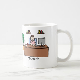 Frau im Büro Kaffeetassen