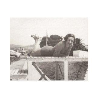Frau im Feiertags-Foto in Cannes, Frankreich im Leinwanddruck