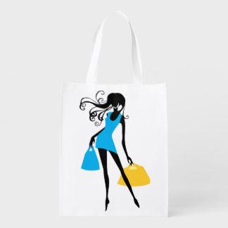 Frau im kurzen blauen Kleid mit Einkaufstaschen