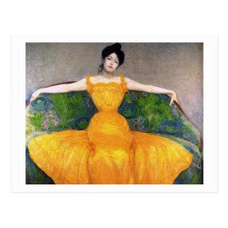 Frau in einem gelben Kleid durch maximales Postkarte