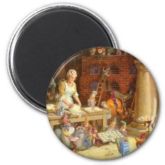 Frau Klaus und die Elfe backen Weihnachtsplätzchen Runder Magnet 5,7 Cm