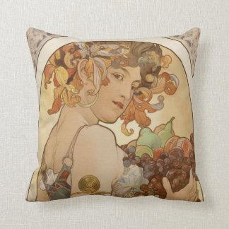 Frau mit BlumenKranz und Früchten Kissen