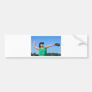 Frau mit des Handschuhs und der Kappe werfendem Autoaufkleber