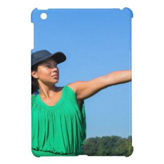 Frau mit des Handschuhs und der Kappe werfendem iPad Mini Hülle