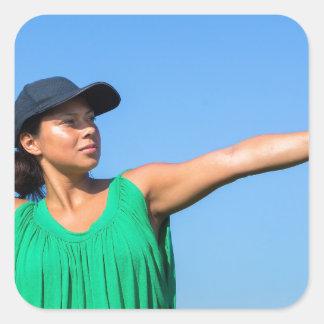 Frau mit des Handschuhs und der Kappe werfendem Quadratischer Aufkleber