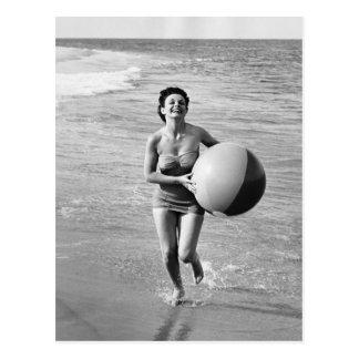 Frau mit einem Wasserball Postkarte