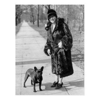 Frau mit französischer Bulldogge, Zwanzigerjahre Postkarte