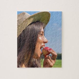 Frau mit Hut roten Apfel draußen essend Puzzle