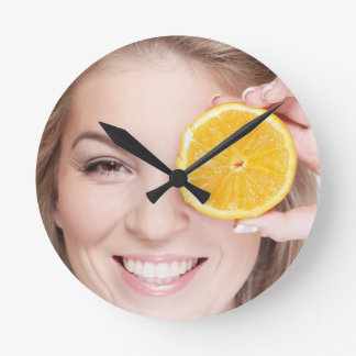 Frau mit Orange, Runde Wanduhr