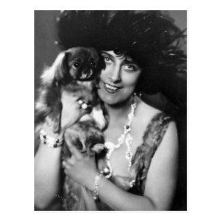 Frau mit Pekingese, Zwanzigerjahre