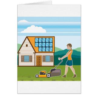 Frau mit Rasenmäher an ihrem Haus Karte