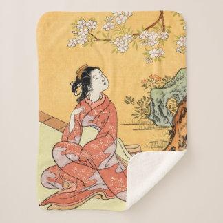 Frau unter Kirschblüten Sherpadecke