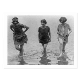 Frauen, die an der Arlington-Strand-Fotografie Postkarte
