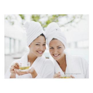 Frauen in den Bademäntel Tee am Wellness-Center Postkarten