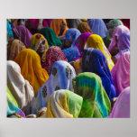 Frauen in den bunten Sari treten zusammen zusammen Plakatdruck