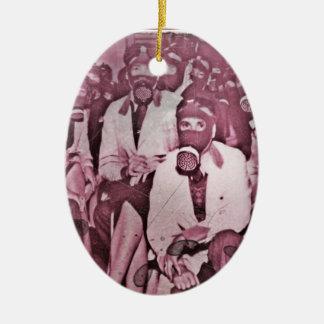 Frauen in den Gasmasken Ovales Keramik Ornament