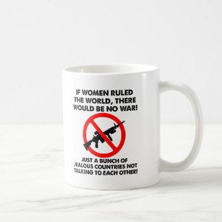 Frauen welche die Weltlustige Tasse anordnen