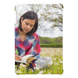 Frauenschreiben in der Wiese mit Frühlings-Blumen iPad Mini Hülle