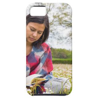 Frauenschreiben in der Wiese mit Frühlings-Blumen iPhone 5 Etuis