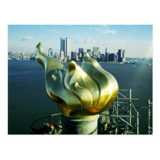 Freiheitsstatue die Flamme und Manhattan-Skyline Postkarte