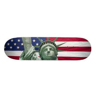 Freiheitsstatue und amerikanische Flagge Individuelles Skateboard