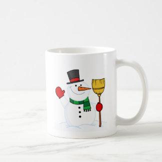 Freudiger Schneemann, der einen Besen und ein Kaffeetasse