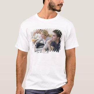 Freunde, die Mit Pfeife, Fußball fernsehen und T-Shirt