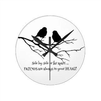 Freunde immer in Ihrem Herz-Zitat mit Vögeln Runde Wanduhr