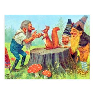 Freundliche Gnomes beobachten ein Eichhörnchen Postkarte