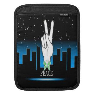 Friedenssymbol mit einem Stadt-Hintergrund iPad Sleeve