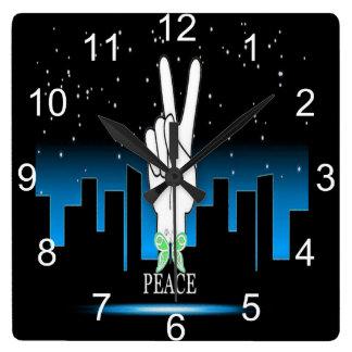 Friedenssymbol mit einem Stadt-Hintergrund Quadratische Wanduhr