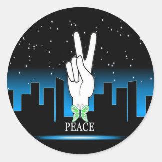 Friedenssymbol mit einem Stadt-Hintergrund Runder Aufkleber