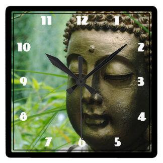 Friedliche Buddha-Statue in einem belaubten grünen Uhren