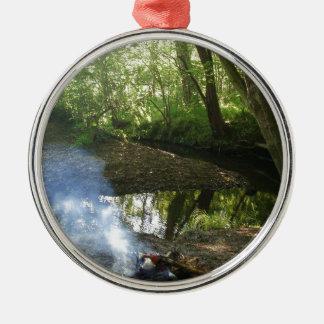 Friedliche Waldszene mit Lager-Feuer Rundes Silberfarbenes Ornament