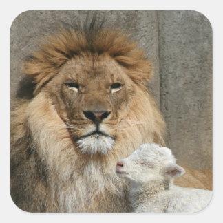 Friedlicher Löwe und Lamm Quadratischer Aufkleber