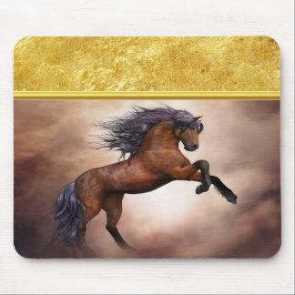 Friesisches braunes Pferd, das oben mit Mauspads