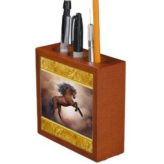 Friesisches braunes Pferd, das oben mit Stifthalter