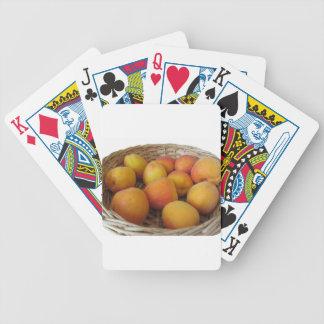 Frische Aprikosen in einem Weidenkorb auf Weiß Bicycle Spielkarten