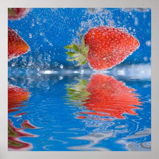 Frische Erdbeeren die in Wasser spritzen Posterdrucke