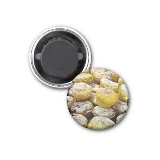Frische gebackene Muffins auf einer Platte Magnete